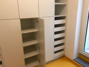 Armadio su misura con ante battenti e cassetti interni , nella foto e' rappresentato un armadio per locale lavanderia