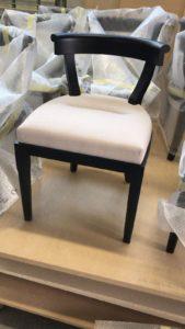 Tavoli e sedie su misura in legno massello naturale oppure grezzo , con seduta in tessuto bianco