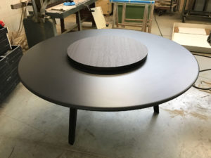 Tavolo con piano in mdf laccato opaco , e gambe in legno massello laccate opaco